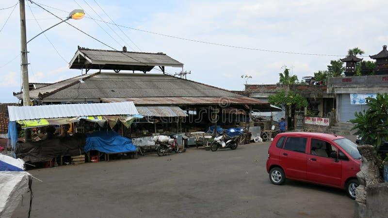 Tradycyjny targowy budynek na Bali wyspie w Indonezja Kramy z sprzedażami towarowymi Parking dla motocykli/lów, hulajnog i samoch obrazy stock