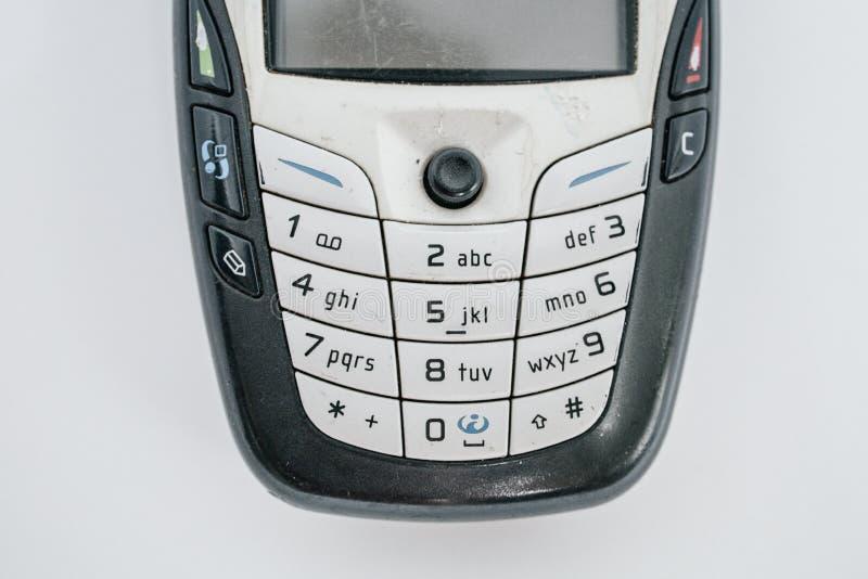 Tradycyjny telefon kom?rkowy w drugim pokoleniu z klawiaturowym guzikiem i mini czarny i bia?y monitor bielem odizolowywamy kostk obraz stock