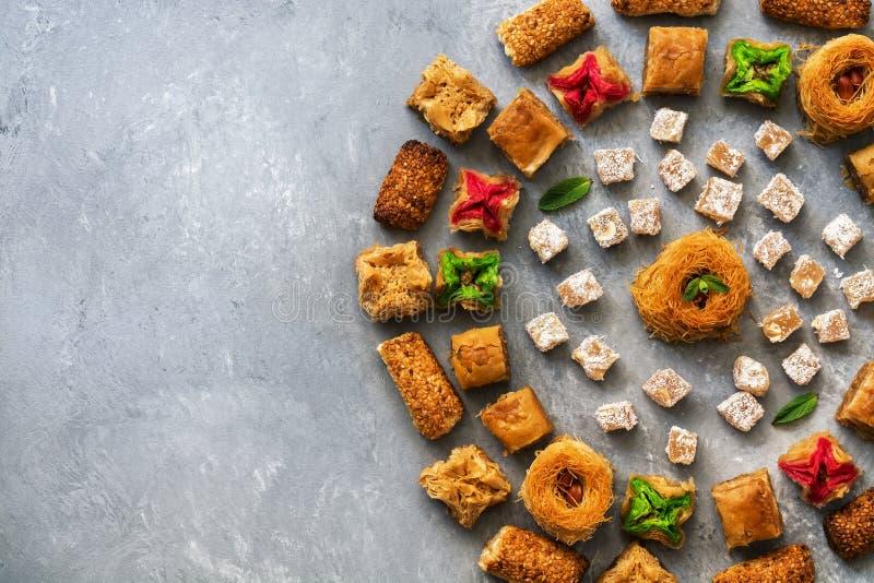 Tradycyjny Turecki deserowy Baklava Wschodni cukierki na szarym nieociosanym tle Odg?rny widok Miejsce dla tw?j teksta zdjęcia royalty free