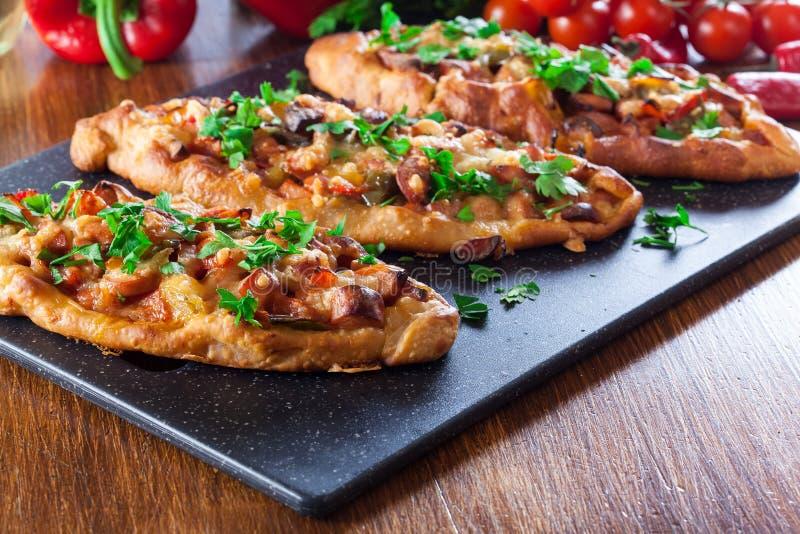 Tradycyjny Turecki pide z mięsem i warzywami obraz stock