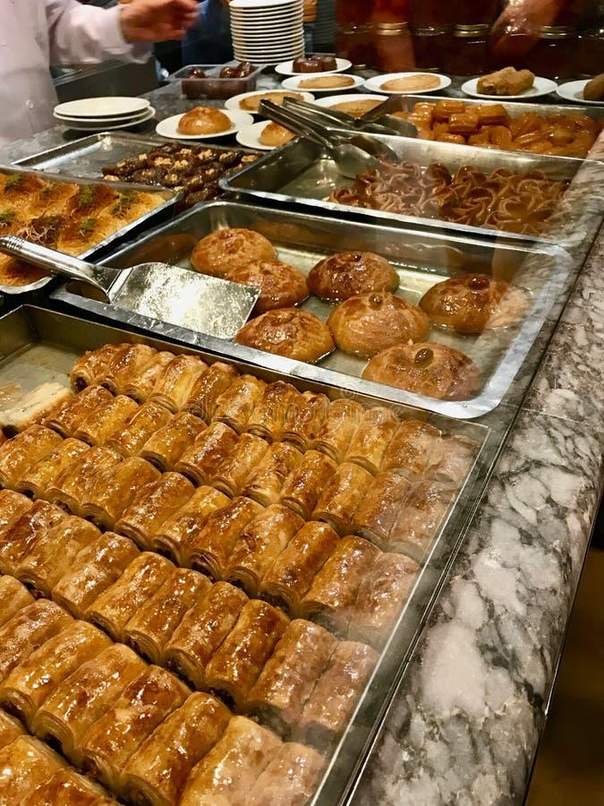 Tradycyjny Turecki sorbetów deserów Baklava, Sekerpare, Tulumba i Kadayif przy Restauracyjną gablotą wystawową, zdjęcie stock