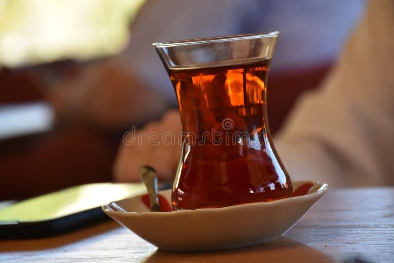 Tradycyjny turecki szkło herbata na starym drewnianym stole zdjęcia stock