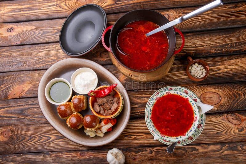 Tradycyjny ukraiński borscht Borscht niecka Barszczowa świeża Ukraińska czerwień pełna niecka wyśmienicie czerwoni barszcze z mia zdjęcie stock