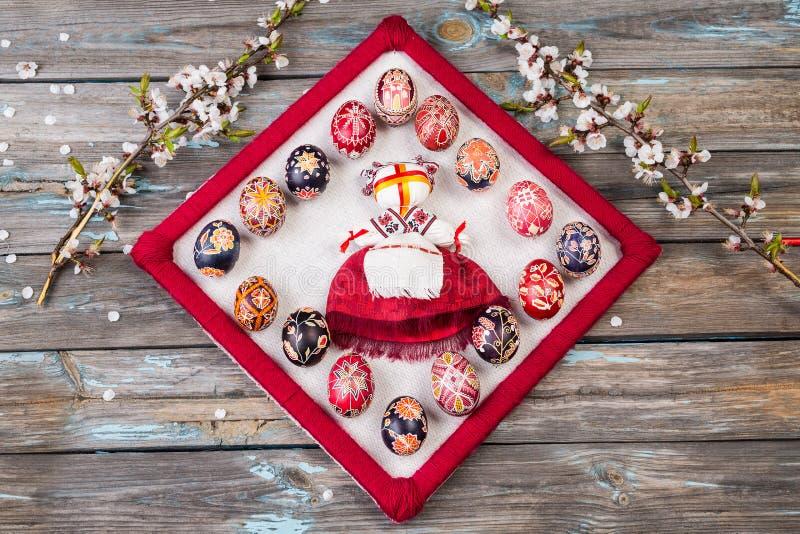 Tradycyjny Ukraiński lali motanka, ragdoll lub ubieraliśmy w obywatelu odziewamy Ragdoll i pysankas Wielkanocni jajka i wiśnia zdjęcie stock