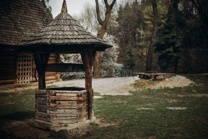 Tradycyjny ukraiński wodny dobrze, nieociosany stary drewniany dobrze w fa obraz stock
