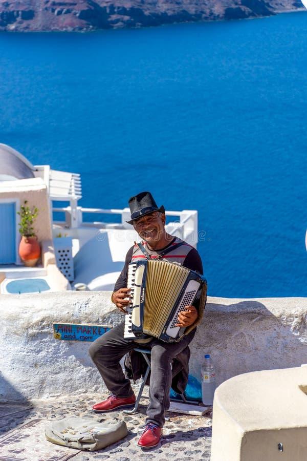 Tradycyjny uliczny muzyk w Oia miasteczku, Santorini obrazy stock