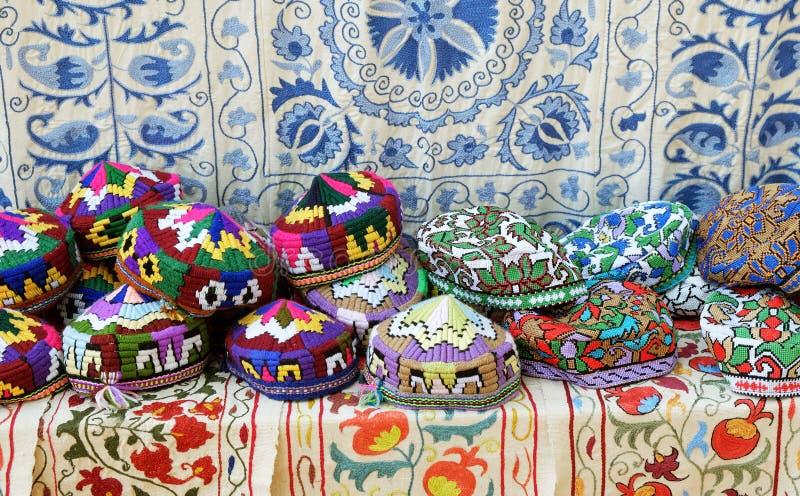 Tradycyjny uzbek nakrywa zwanego tubeteika w lokalnym rynku w Tashkent, Uzbekistan, ?rodkowy Azja obrazy stock