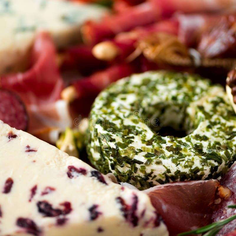 Tradycyjny włoski antipasto, tnąca deska z salami, zimno dymiący mięso, prosciutto, baleron, sery, oliwki, kapary dalej obraz royalty free