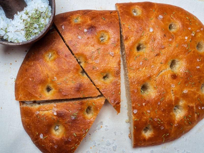 Tradycyjny Włoski focaccia domowej roboty chleba plasterki na bieliźnianej pielusze fotografia stock