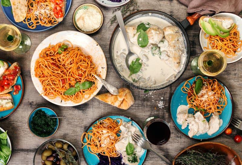Tradycyjny Włoski jedzenie stół, przekąski i wino, czerwony i biały obraz stock