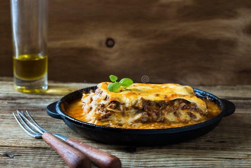 Tradycyjny Włoski lasagna gotujący w smaży niecce zdjęcia stock