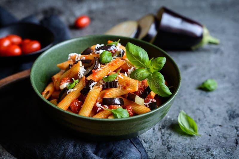 Tradycyjny Włoski makaronu alla Norma z oberżyną, pomidorem, serem i basilem, zdjęcia stock