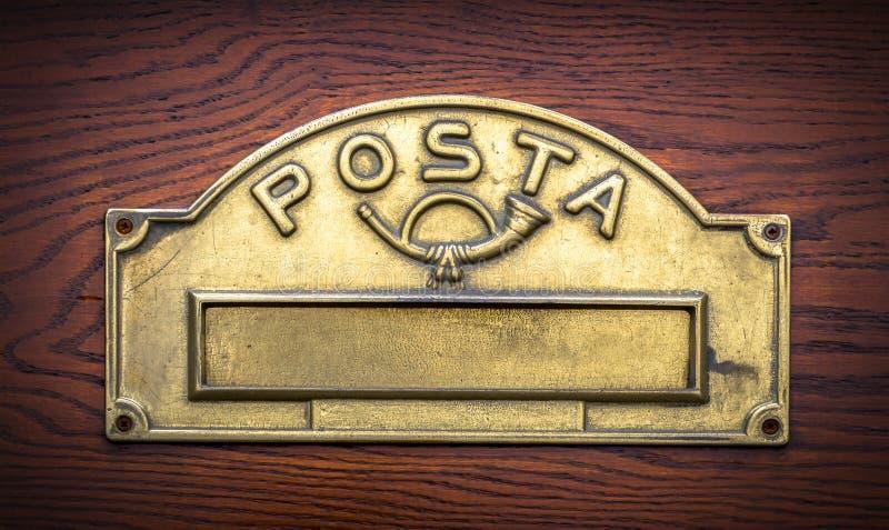 Tradycyjny Włoski mosiężny postbox fotografia stock