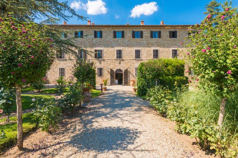 Tradycyjny włoszczyzny Tuscany dom wiejski - wiejska willa otaczał b zdjęcia stock