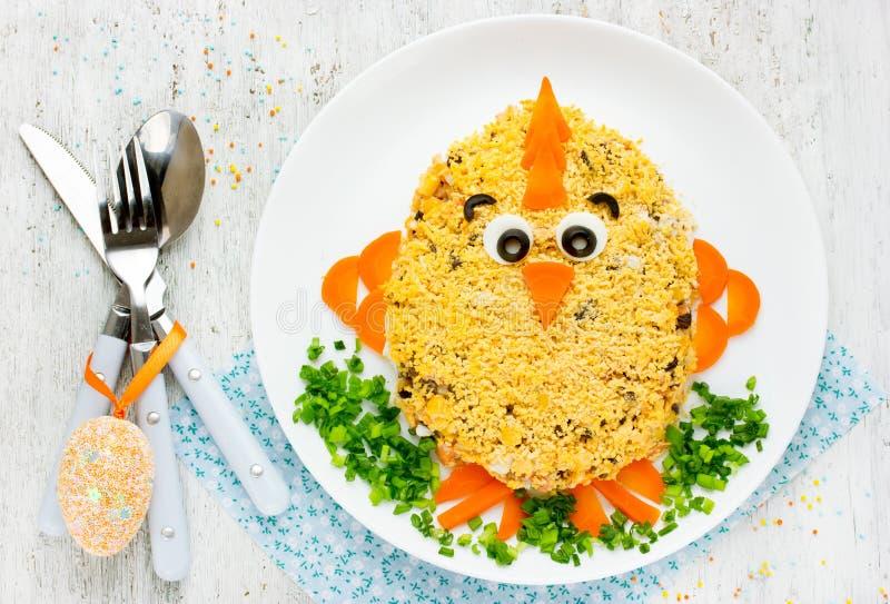 Tradycyjny Wielkanocny sałatkowy kształtny śmieszny kurczątko dekorował jajecznego yolk a fotografia royalty free