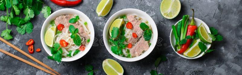 Tradycyjny Wietnamski Zupny Pho Bo z Ryżowymi kluskami, wołowiną i ziele na Ciemnym tle, obraz stock