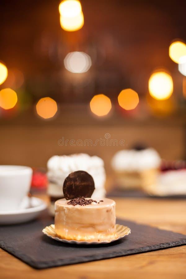 Tradycyjny wyśmienicie tort z cytryna smakiem w sklepie z kawą fotografia stock