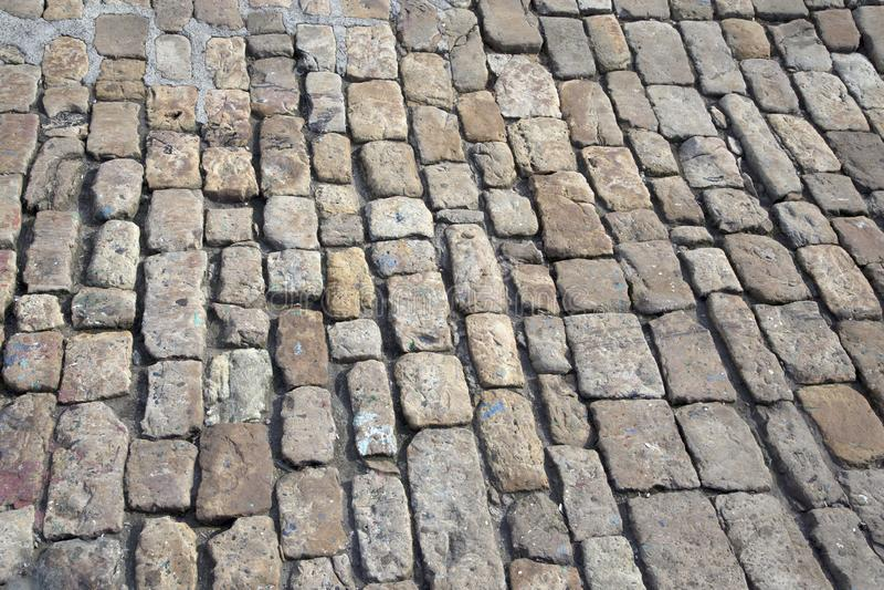 Tradycyjny wygryziony brukuje kamiennego bruk zdjęcia stock