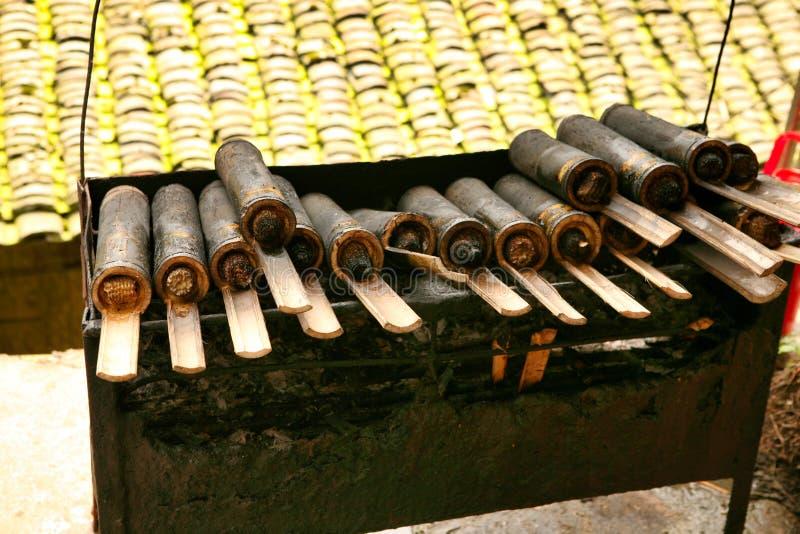 Tradycyjnych Chińskie naczynia wioski Dzhay pilaf z mięsem, gotujący w bambusie fotografia stock