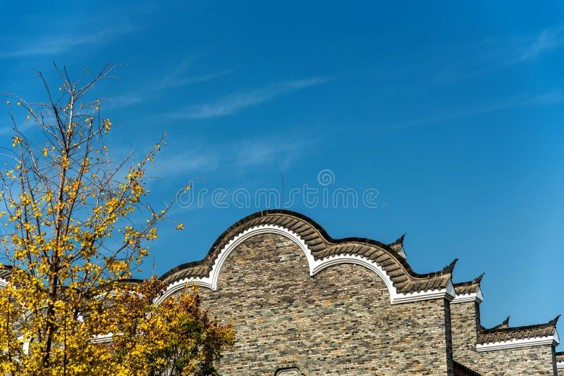 Tradycyjnych chińskie okapy pod niebieskim niebem zdjęcia royalty free