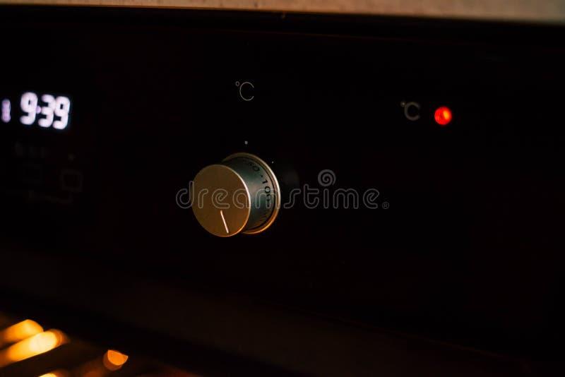 Traemos una empanada de manzana en un horno negro foto de archivo libre de regalías