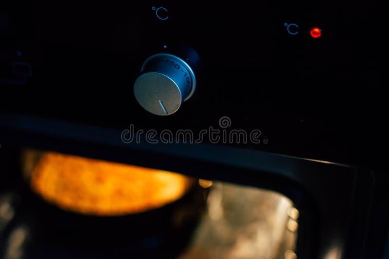 Traemos una empanada de manzana en un horno negro imagen de archivo