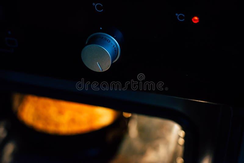 Traemos una empanada de manzana en un horno negro fotografía de archivo