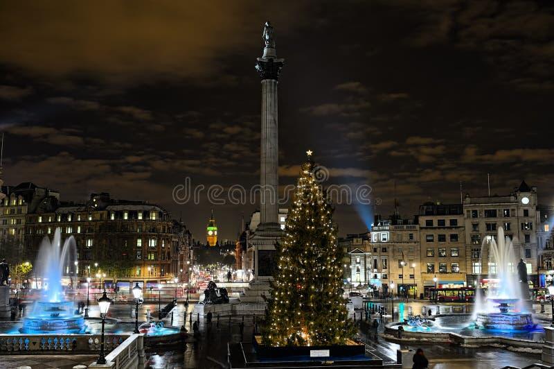Trafalgar ajusta, Londres, Inglaterra, Reino Unido, en la noche foto de archivo libre de regalías