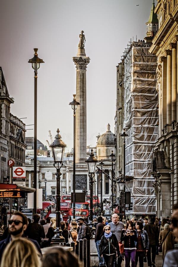 Trafalgar Square, coluna do ` s de Nelson Vista de Whitehall imagens de stock