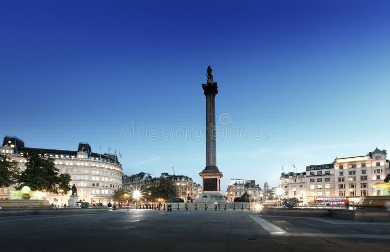 Trafalgar Square con Nelson Column en la noche imágenes de archivo libres de regalías