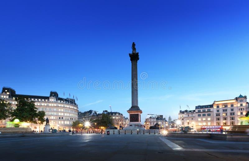 Trafalgar Square con Nelson Column en la noche fotos de archivo libres de regalías