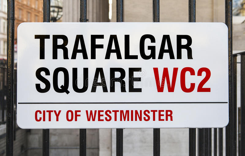 Trafalgar Square undertecknar in London royaltyfria foton