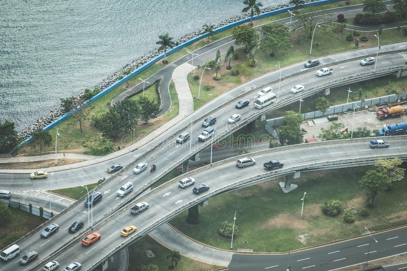 Traffc de la calle muy transitada desde arriba, coches en la carretera - tráfico de ciudad fotografía de archivo