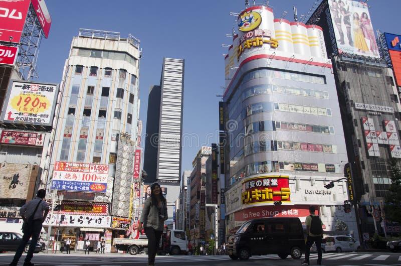 Traffi di camminata di attraversamento dei viaggiatori dello straniero e del popolo giapponese fotografia stock