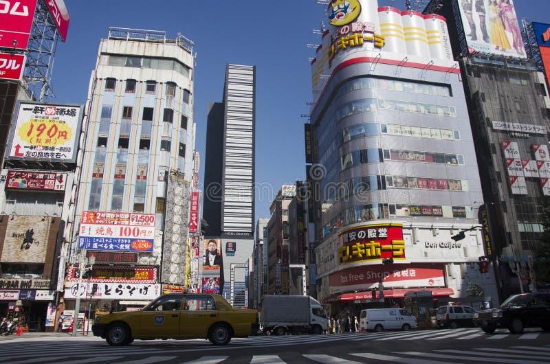 Traffi di camminata di attraversamento dei viaggiatori dello straniero e del popolo giapponese immagini stock
