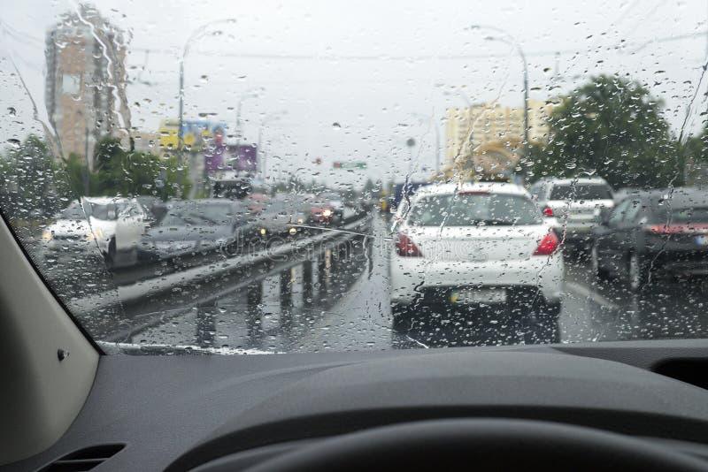 Traffichi il giorno piovoso alla via della città immagine stock libera da diritti