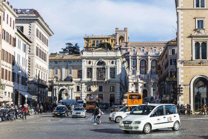 Traffichi su una via a Roma, Italia fotografia stock libera da diritti