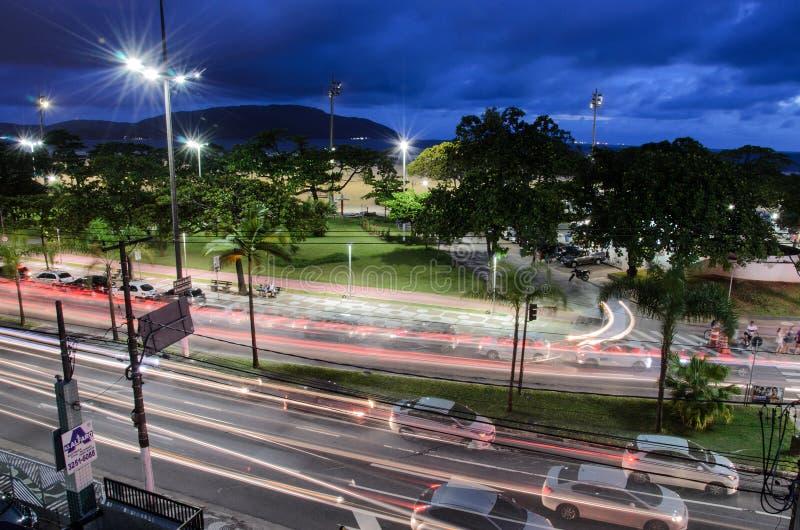 Traffichi sul viale Presidente Wilson alla notte fotografia stock libera da diritti