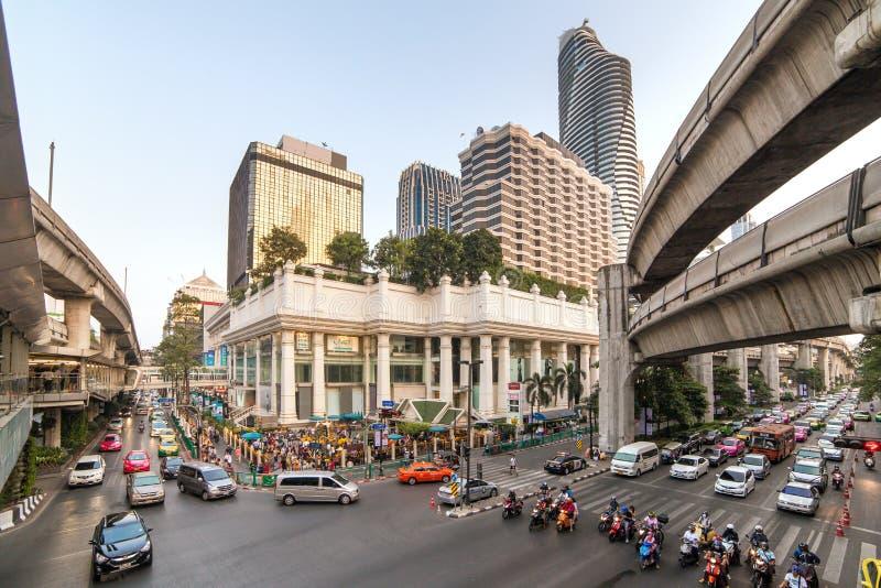 Traffichi sulla via di Rama I alla giunzione di Pathumwan a Bangkok, Tailandia fotografia stock libera da diritti