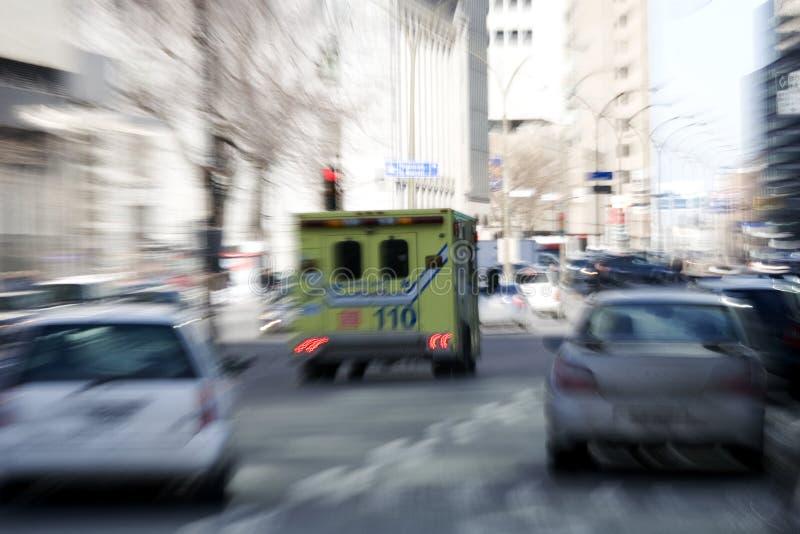 Traffico andante della depressione dell'ambulanza fotografia stock libera da diritti