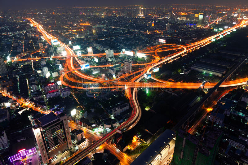 Traffico a Bangkok entro la notte fotografie stock