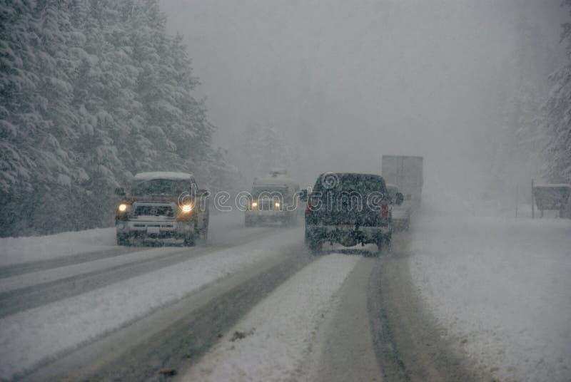 Traffico che si muove attraverso la nebbia e la bufera di neve fotografia stock libera da diritti