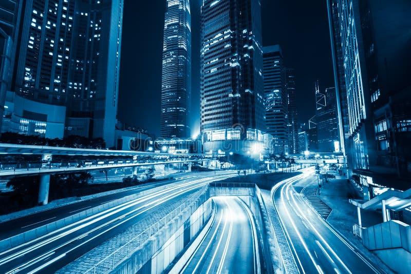 Traffico cittadino futuristico di notte Hon Kong immagine stock