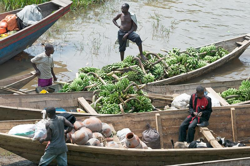 Traffico commerciale del plantano lungo il lago Kivu fotografia stock