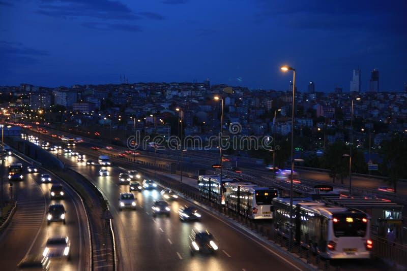 Traffico a Costantinopoli alla sera fotografie stock
