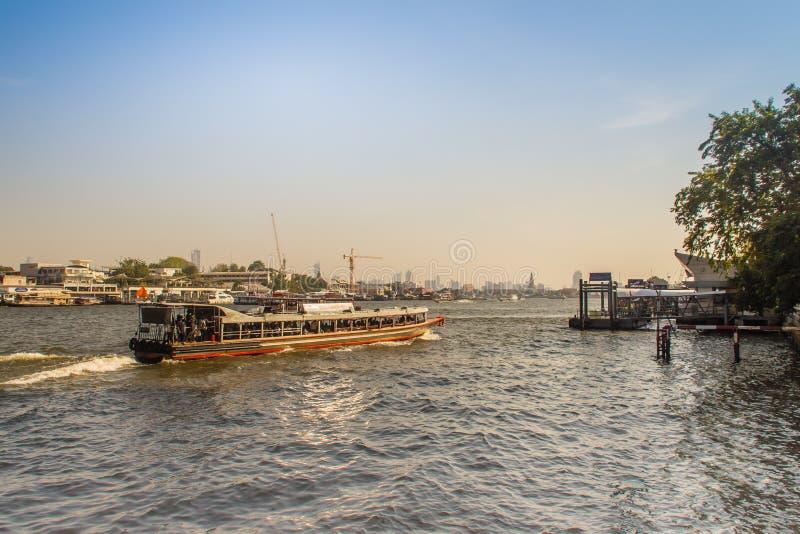 Traffico del canale navigabile in Chao Phraya River Chao Phraya Express Boat, un servizio del trasporto in Tailandia che funziona immagini stock libere da diritti
