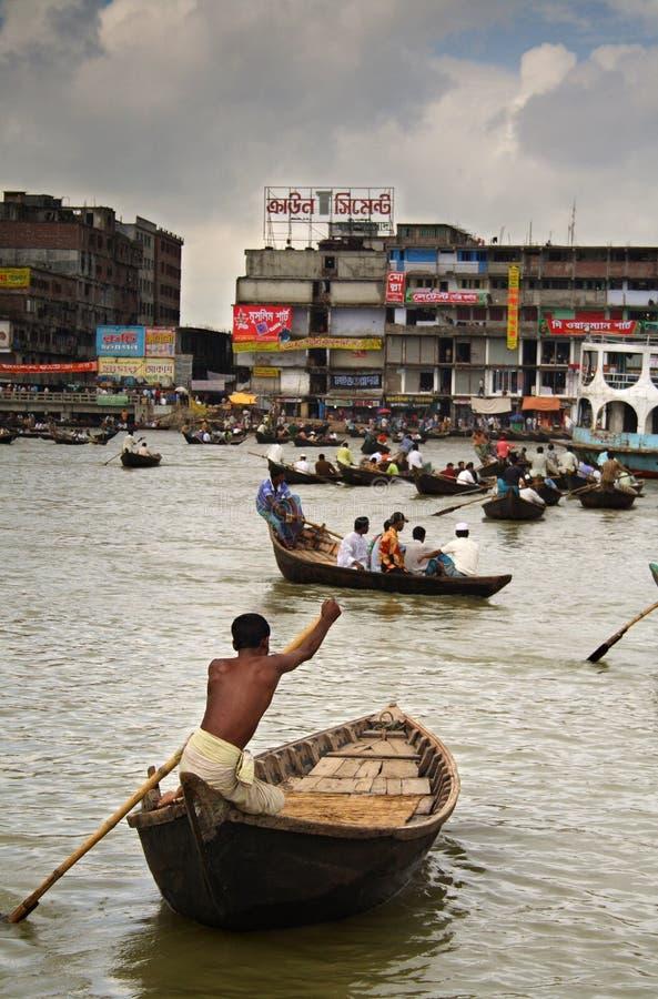 Traffico della barca sul fiume di Buriganaga immagini stock