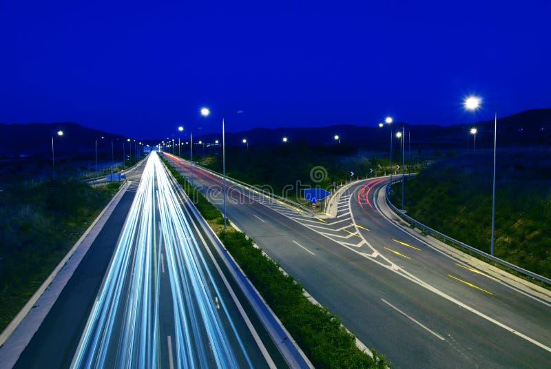 Traffico della strada principale alla notte immagine stock libera da diritti