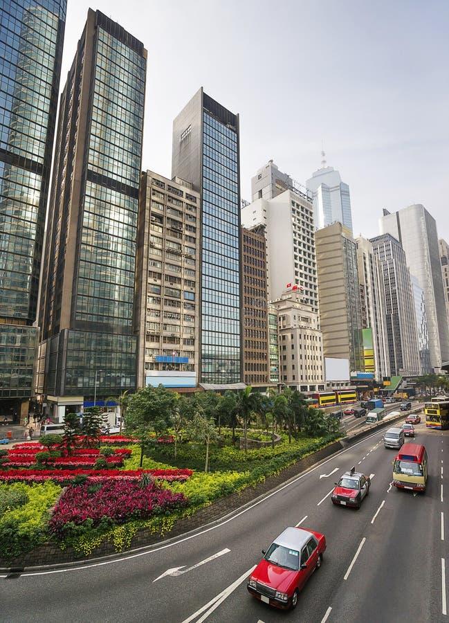 Traffico della via della strada principale di Hong Kong e vista centrali dell'orizzonte fotografie stock