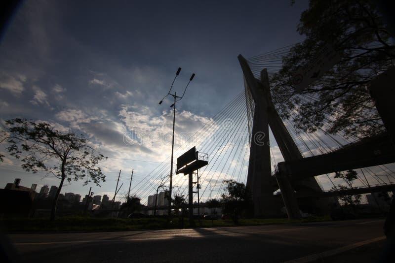 Traffico della via a Sao Paulo /BRAZIL alla notte Edificio per uffici e centro di affari fotografia stock